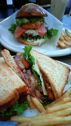 847f3056f00e アボガドのせハンバーガーと、合鴨ローストとナスのサンドイッチだよ! めちゃくちゃおいしかったよー!
